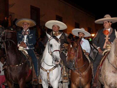 Tres hombres y un niño sobre sus caballos en esta tradició...