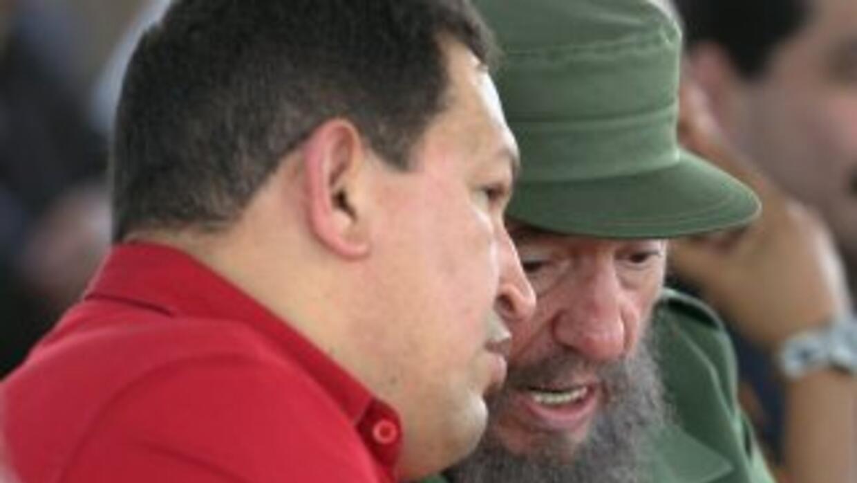 El presidente Hugo Chávez junto a Fidel Castro. Imagen tomada el 3 de fe...