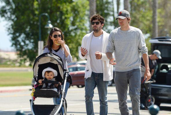 Ashton Kutcher y Mila Kunis son unos papitos muy orgullosos.