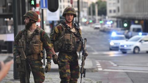 Soldados belgas, en las afueras de la Estación Central, donde se...