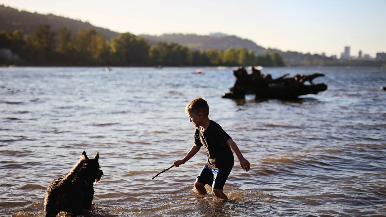 Un niño se refresca en el río Wilamette, en Portland, Oregon.