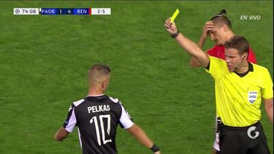 Tarjeta amarilla. El árbitro amonesta a Dimitrios Pelkas de PAOK Salonika