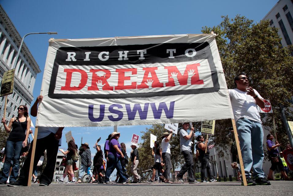 El gobernador Jerry Brown firma la ley que convierte a California en est...
