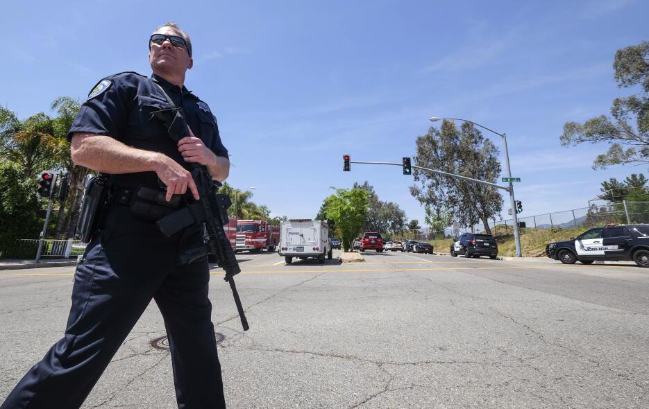 Agentes del orden en San Bernardino, California. Autoridades respondiero...