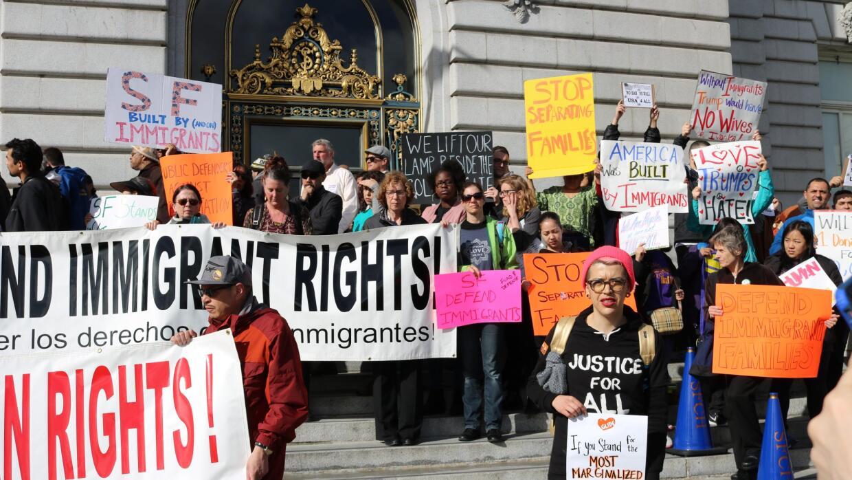 Decenas de personas se reunieron en el Ayuntamiento de San Francisco par...