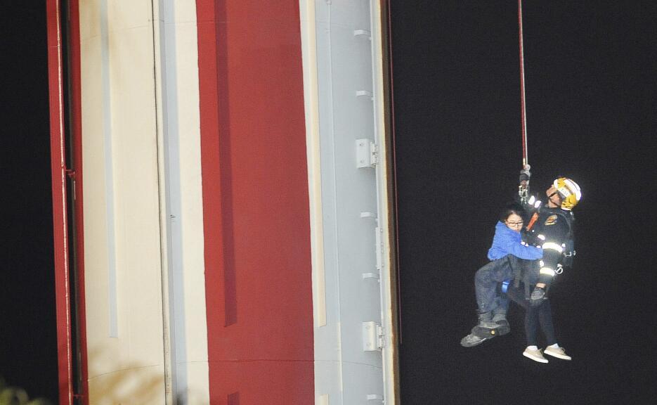 Imagen ampliada del rescate de uno de los pasajeros atrapados en una pla...