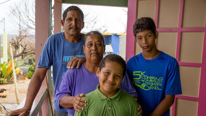 Carmen Santiago, su esposo y sus dos nietos. Los pequeños quedaron a su...