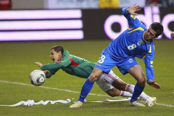 Javier Hernández buscó de cualquier manera posible hacer un gol y al arr...