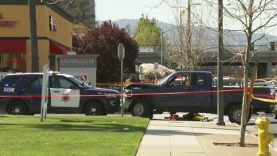 Persecución termina con una balacera afuera de un centro comercial en Sa...