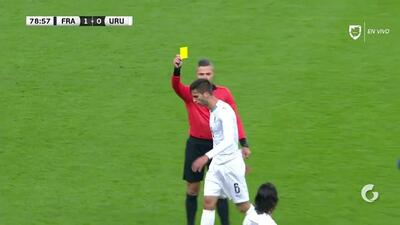 Tarjeta amarilla. El árbitro amonesta a Rodrigo Bentancur de Uruguay