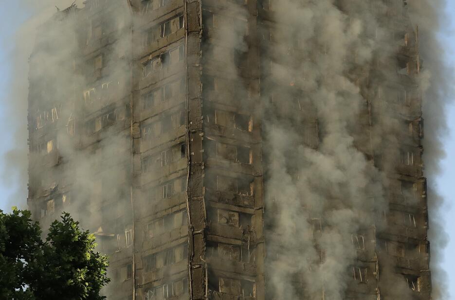 Las cortinas de humo que rodean el edificio donde se desató el incendio,...