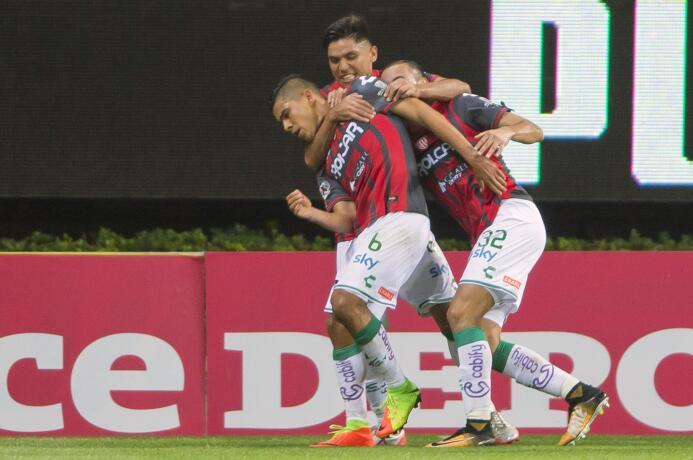 El campeón no sabe ganar: Chivas y Necaxa reparten puntos Carlos Gonzale...