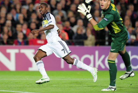 El balón superó a Valdés y fue el 2 a 1.