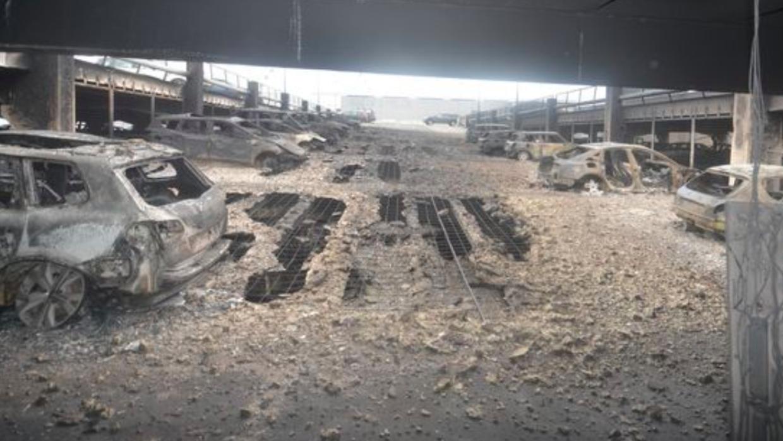 Restos de algunos de los vehículos calcinados como consecuencia del ince...