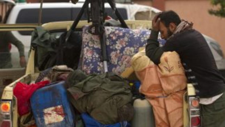 Miles de civiles han sido forzados a dejar sus casas y buecar refugio le...