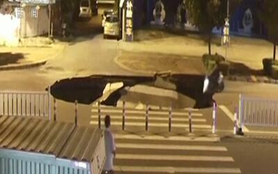 Por usar el celular mientras conducía, un motorista cayó en el socavón d...