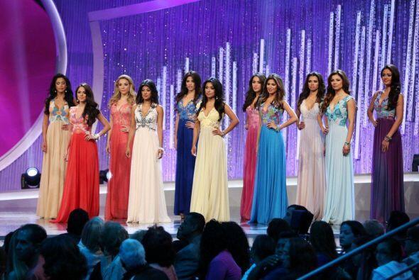Las 12 finalistas se vistieron de gala para el momento de la eliminación.