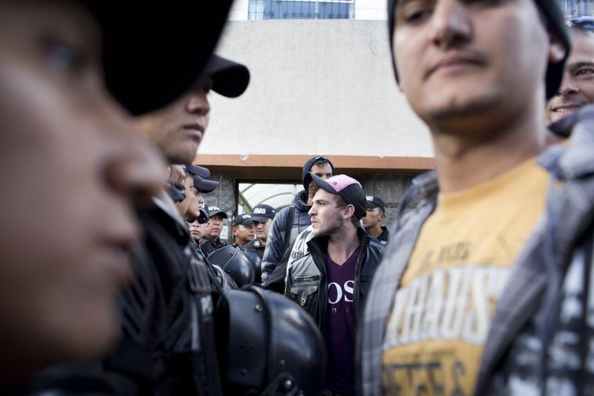 El contingente de policías durante el proceso de deportación fue numeros...