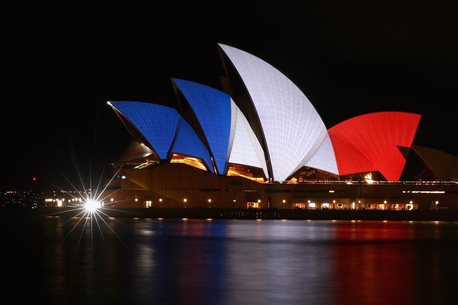 Monumentos se iluminan con los colores de Francia