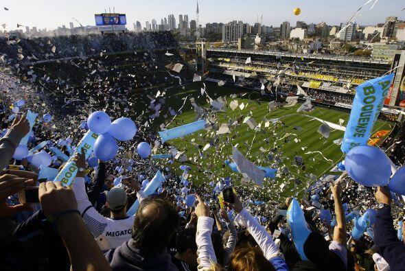 Imponente la imagen del estadio La Bombonera para el superclásico argen...