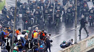 En fotos: Funcionarios venezolanos enfrentan a manifestantes opositores con armas de fuego el 19 de junio