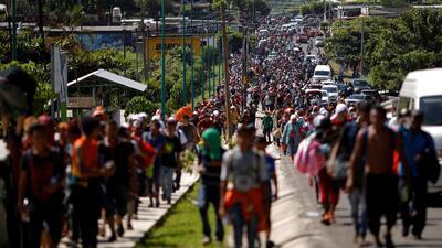 Caravana de migrantes se fortalece en su camino hacia México a pesar de las advertencias