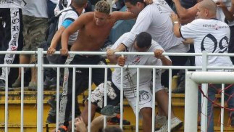 Las impactantes imágenes en el estadio Arena Joinville que mostraron a f...
