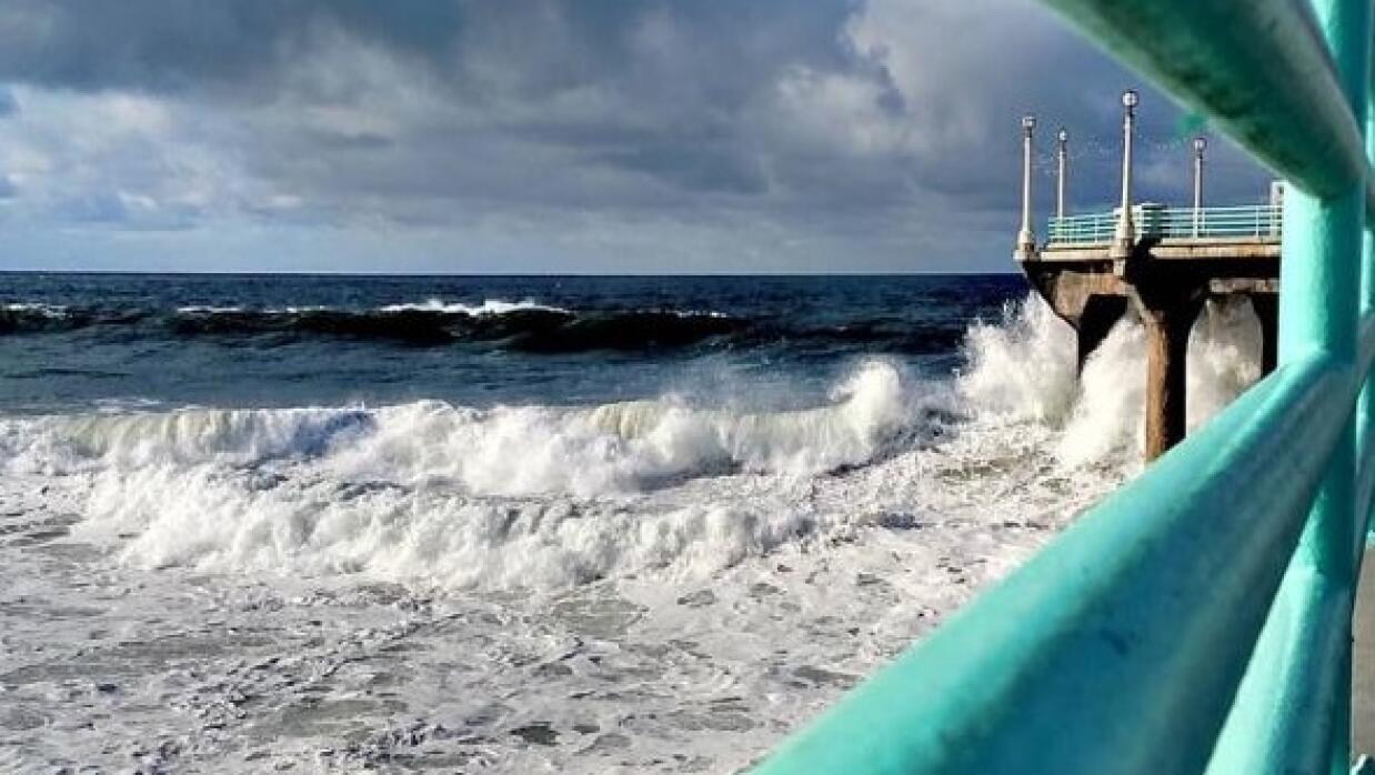 Olas golpean el muelle de Manhattan Beach