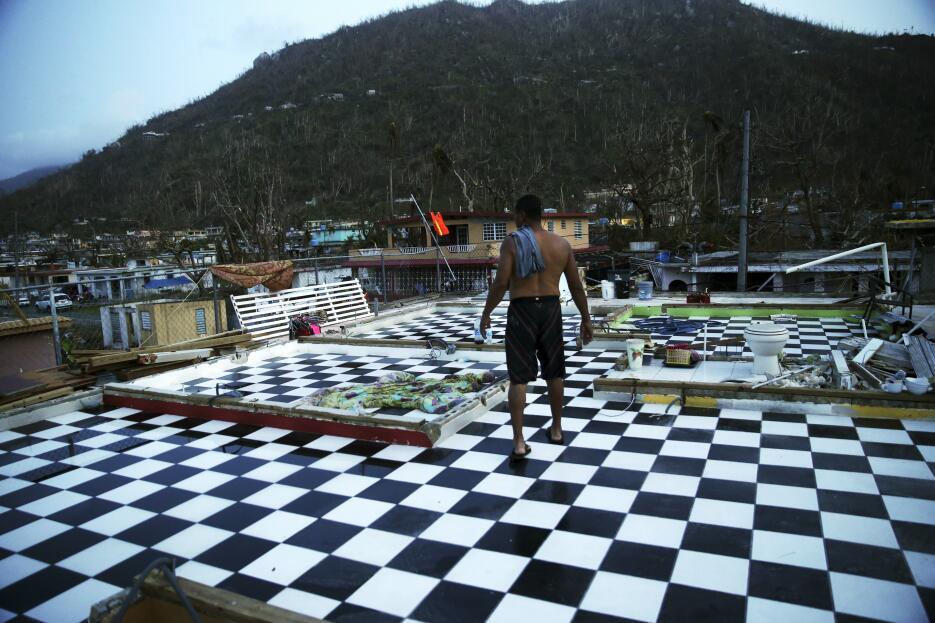 Néstor Serrano camina en la planta superior de su casa en Yabucoa, Puert...