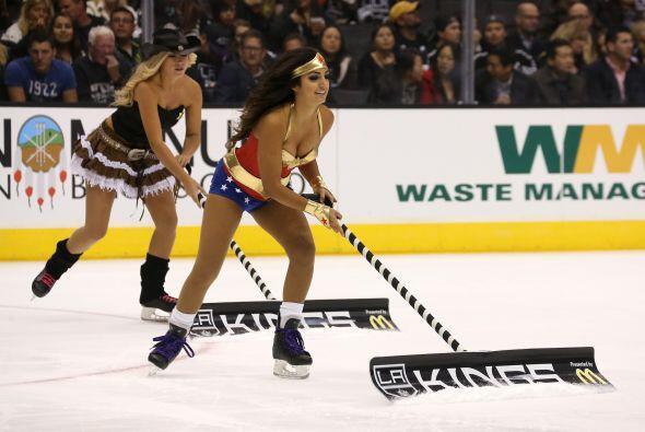 En un partido de hockey, las chicas ataviadas como heroínas le pu...