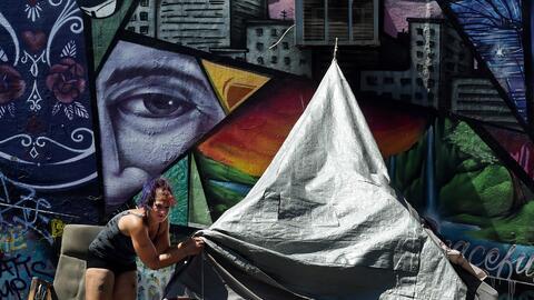 Una mujer en un campamento de personas sin casa en Los Ángeles, d...
