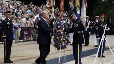 En fotos: Así conmemoró Trump a los soldados caídos en el cementerio de Arlington