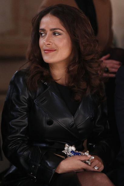 Salma Hayek  no podía  faltar a la semana de la moda. Se dejó ver muy so...