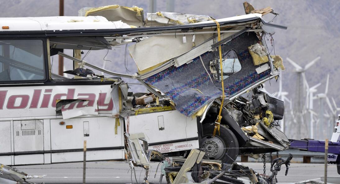 Autobús de la empresa USA Holiday que colisionó contra un camión. 10/23/16.