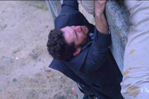 Julián no lo escuchó y no lo dejó caer. ¡No permitiría que se fuera sin...