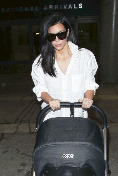 Kim no se quitó las gafas de sol.