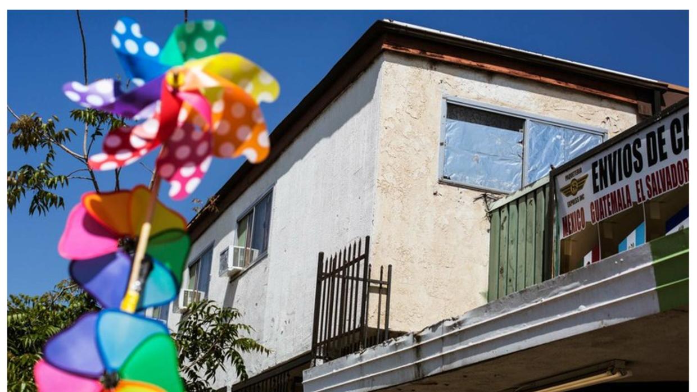 Papel de aluminio cubre las ventanas en el complejo de apartamentos dond...