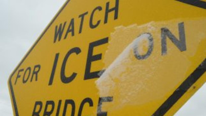 Los puentes congelados son los que provocan el congestionamiento vial cu...