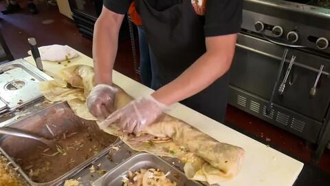 """La """"anaconda"""" de los burritos, una delicia de la cocina mexicana en Fresno"""