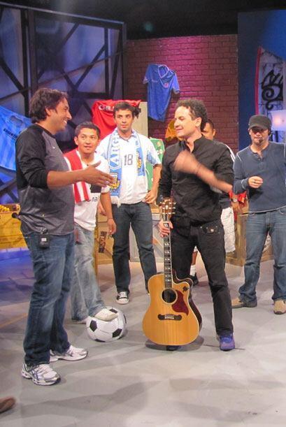 Marcos, fanático de Brasil, se emocionó mucho al conocer al músico colom...