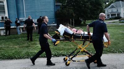Paramédicos asisten a una víctima de sobredosis, en Warren...
