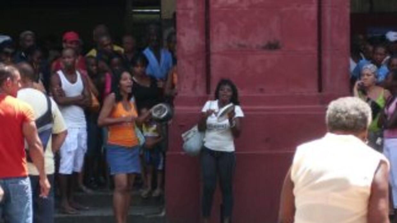 El pueblo mira y escucha la protesta protagonizada por Ivonne Mallesa Ga...