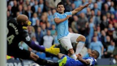 """Sergio """"Kun"""" Agüero marca uno de sus dos goles contra el Everton."""