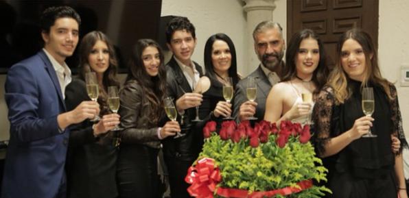 Alejandro es un hombre de familia y no se cansa de presumir el gran amor...