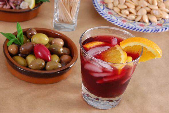 La sangría española consiste típicamente en vino, fruta picada, azúcar y...