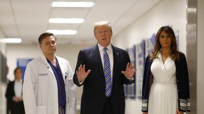 El presidente Donald Trump y la primera dama, Melania, junto al doctor I...
