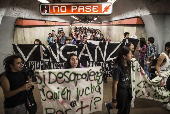Estudiantes caminan dentro del metro Auditorio rumbo al punto de partida...