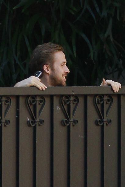 Ryan Gosling demuestra que sigue con Eva Mendes, ya que se asomó muy jug...