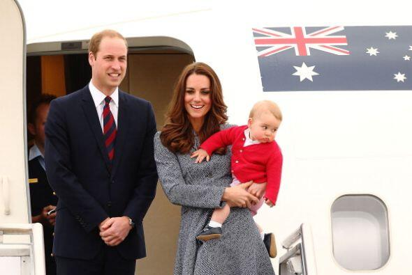Kate Middleton y el príncipe William dejan la base aérea hacia Reino Uni...