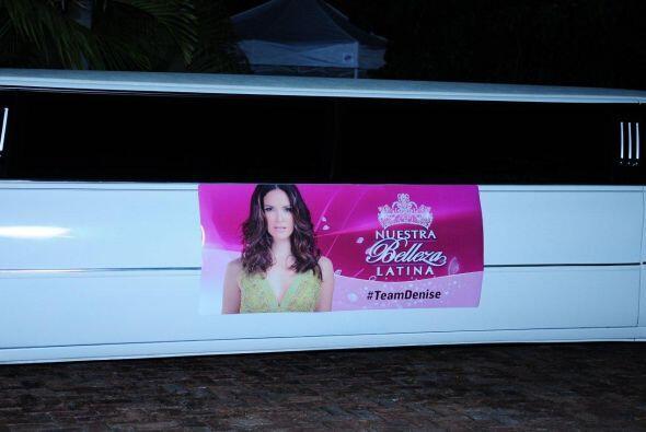 En el exterior, traía un enorme anuncio, en el que posan nuestras bellas...